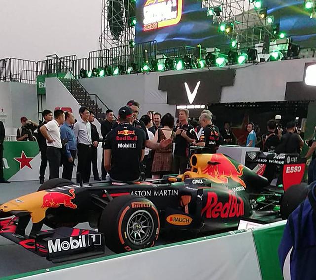 Mãn nhãn với màn đua xe F1 của tay đua huyền thoại David Coulthard ngay tại Hà Nội - Ảnh 1.