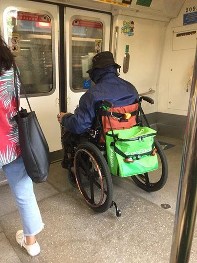 Hình ảnh gây sốt cộng đồng mạng của người phụ nữ ngồi xe lăn đi tàu điện ngầm để giao hàng cho GrabFood  - Ảnh 2.