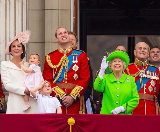 """Cùng đăng ảnh chúc mừng sinh nhật Nữ hoàng Anh 93 tuổi lên Instagram riêng biệt nhưng vợ chồng Meghan lại """"chơi trội"""" so với chị dâu Kate thế này đây - Ảnh 1."""