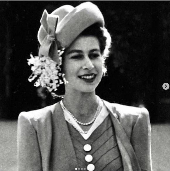 """Cùng đăng ảnh chúc mừng sinh nhật Nữ hoàng Anh 93 tuổi lên Instagram riêng biệt nhưng vợ chồng Meghan lại """"chơi trội"""" so với chị dâu Kate thế này đây - Ảnh 2."""