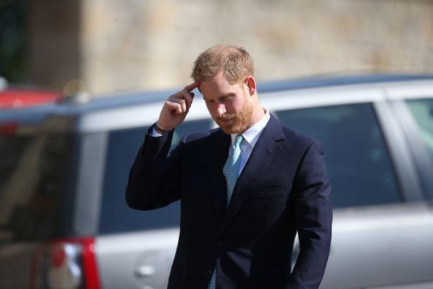 Hố sâu ngăn cách giữa hai cặp đôi hoàng gia: Hoàng tử Harry xuất hiện lẻ loi với vẻ mặt bất thường, có hành động khác lạ với vợ chồng Công nương Kate - Ảnh 2.