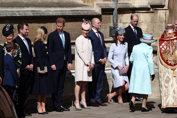 Hố sâu ngăn cách giữa hai cặp đôi hoàng gia: Hoàng tử Harry xuất hiện lẻ loi với vẻ mặt bất thường, có hành động khác lạ với vợ chồng Công nương Kate - Ảnh 4.