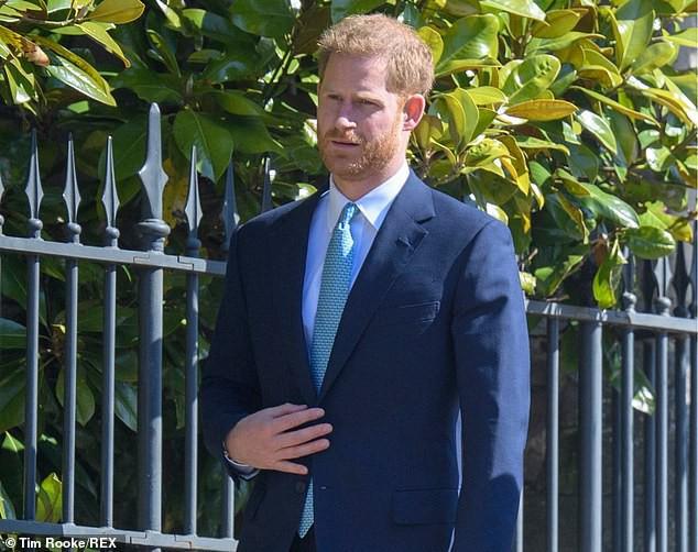 Hố sâu ngăn cách giữa hai cặp đôi hoàng gia: Hoàng tử Harry xuất hiện lẻ loi với vẻ mặt bất thường, có hành động khác lạ với vợ chồng Công nương Kate - Ảnh 5.