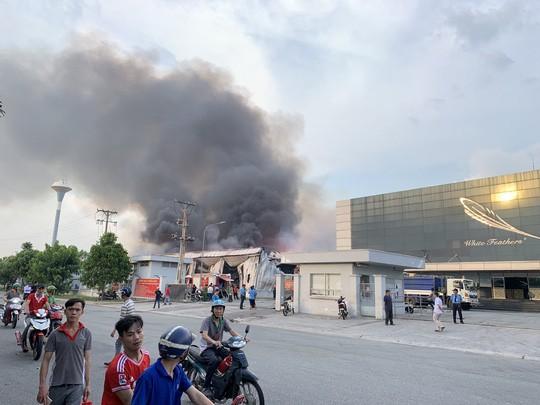 Cháy hơn 4 giờ tại công ty từng diễn tập dập tắt lửa trong 15 phút  - Ảnh 2.