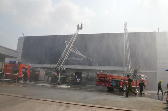 Cháy hơn 4 giờ tại công ty từng diễn tập dập tắt lửa trong 15 phút  - Ảnh 3.