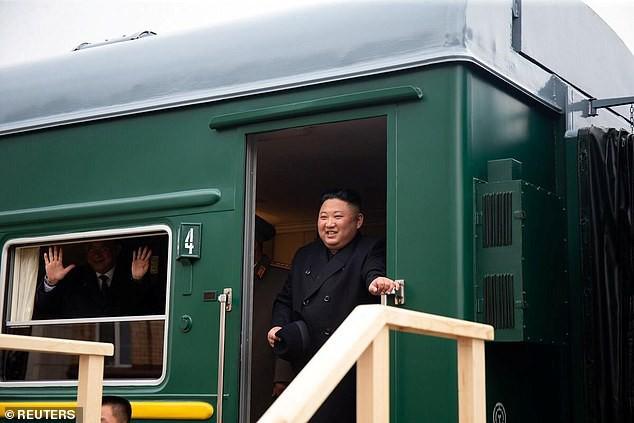 Những hình ảnh đầu tiên của ông Kim Jong-un trong chuyến đi lịch sử tới Nga - Ảnh 1.