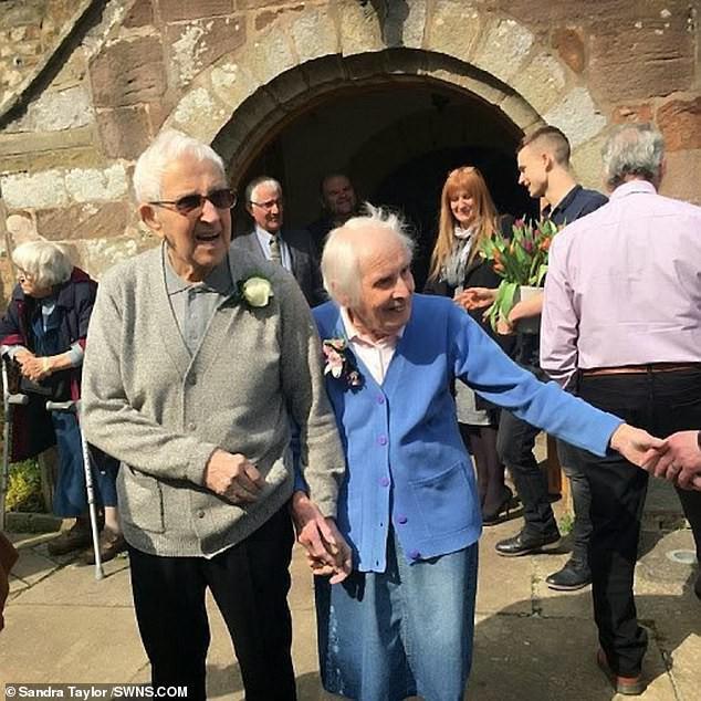 Chuyện tình 75 năm của đôi vợ chồng bách niên giai lão khiến nhiều người suy ngẫm, hóa ra bí quyết hôn nhân viên mãn lại đơn giản đến thế - Ảnh 3.