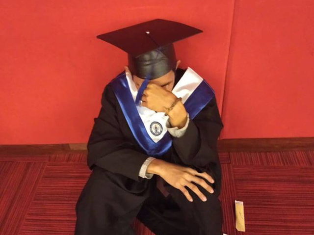 Cử nhân Philippines gục khóc trong ngày ra trường: 4 lần tốt nghiệp loại xuất sắc, bố mẹ không đến 1 lần nào - Ảnh 2.