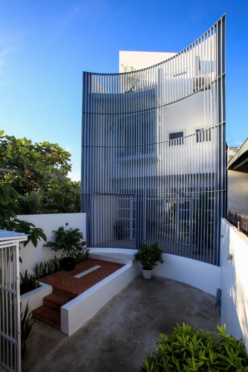 Nhà kết hợp giữa kiến trúc hiện đại với vật liệu truyền thống - Ảnh 2.