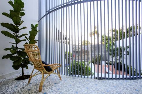 Nhà kết hợp giữa kiến trúc hiện đại với vật liệu truyền thống - Ảnh 5.