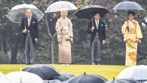 Những khoảnh khắc đáng nhớ của Nhật hoàng Akihito và hoàng hậu Michiko trước thời điểm chuyển giao lịch sử - Ảnh 14.
