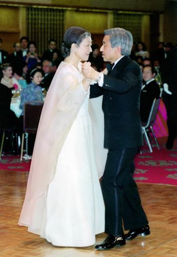 Những khoảnh khắc đáng nhớ của Nhật hoàng Akihito và hoàng hậu Michiko trước thời điểm chuyển giao lịch sử - Ảnh 2.