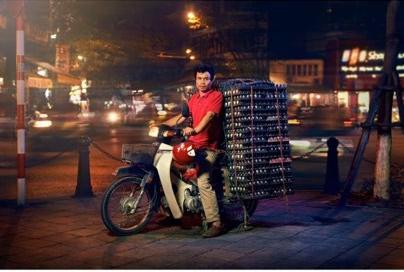 Xuất hiện trên báo nước ngoài, Hà Nội được mệnh danh là thành phố của những chiếc xe máy - Ảnh 3.