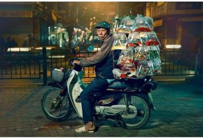 Xuất hiện trên báo nước ngoài, Hà Nội được mệnh danh là thành phố của những chiếc xe máy - Ảnh 1.