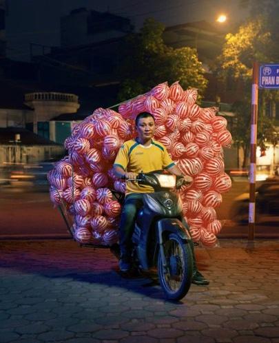 Xuất hiện trên báo nước ngoài, Hà Nội được mệnh danh là thành phố của những chiếc xe máy - Ảnh 4.