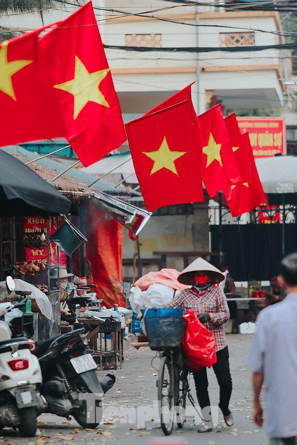 Phố phường Hà Nội rực rỡ cờ đỏ mừng ngày 30/4 - Ảnh 14.