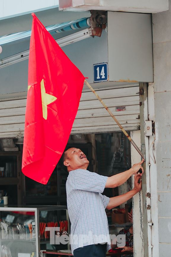 Phố phường Hà Nội rực rỡ cờ đỏ mừng ngày 30/4 - Ảnh 4.