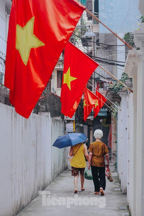 Phố phường Hà Nội rực rỡ cờ đỏ mừng ngày 30/4 - Ảnh 5.