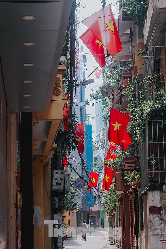 Phố phường Hà Nội rực rỡ cờ đỏ mừng ngày 30/4 - Ảnh 10.