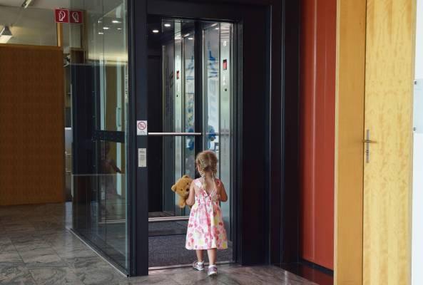 Chống xâm hại tình dục: Loạt kỹ năng cần trang bị để bảo vệ bản thân khi đi thang máy một mình - Ảnh 2.