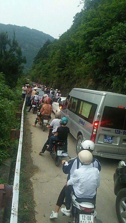 Người dân ùn ùn đổ về ngắm hoa, đường lên Mẫu Sơn tắc hàng km - Ảnh 1.