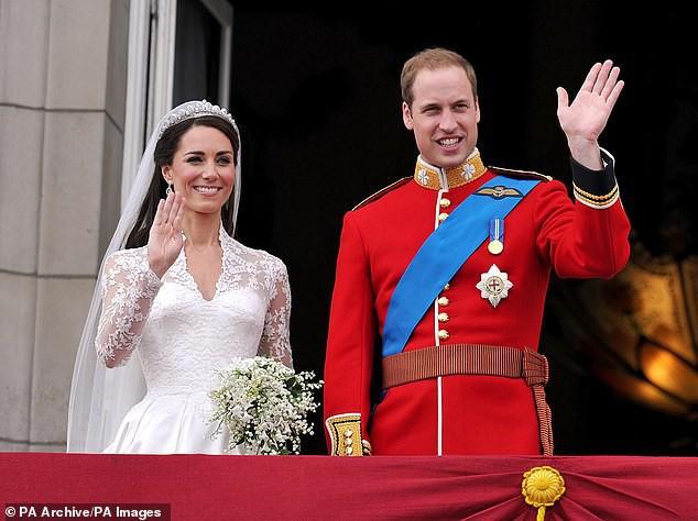 """Cung điện hoàng gia Anh đăng ảnh kỷ niệm 8 năm kết hôn của vợ chồng Công nương Kate nhưng bình luận của người hâm mộ mới khiến cặp đôi này """"run rẩy"""" - Ảnh 1."""