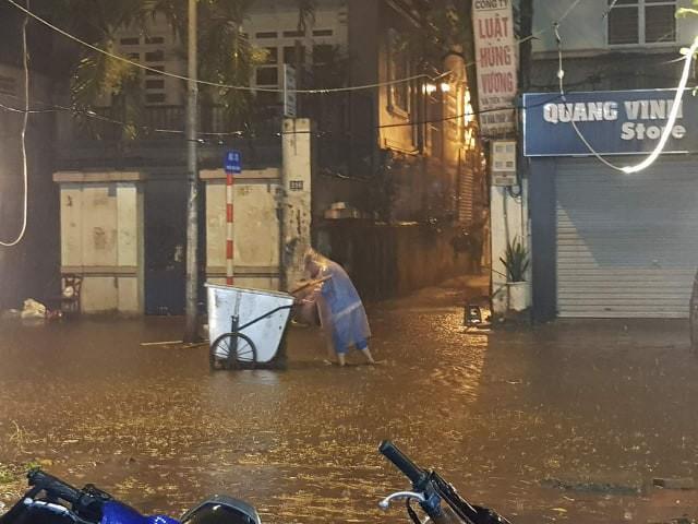 Hà Nội mưa lớn dịp nghỉ lễ 30/4-1/5, nhiều tuyến phố biến thành sông, khách Tây lội bì bõm - Ảnh 15.