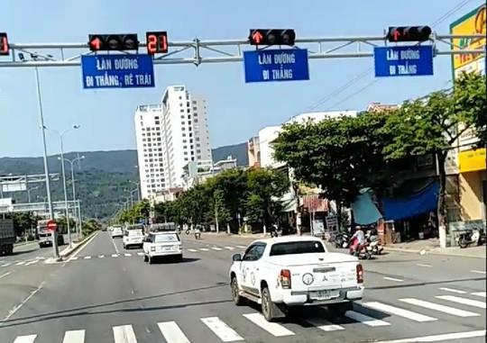Đà Nẵng: Trích xuất camera truy tìm đoàn xe ô tô ngang nhiên vượt đèn đỏ - Ảnh 2.