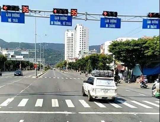 Đà Nẵng: Trích xuất camera truy tìm đoàn xe ô tô ngang nhiên vượt đèn đỏ - Ảnh 3.