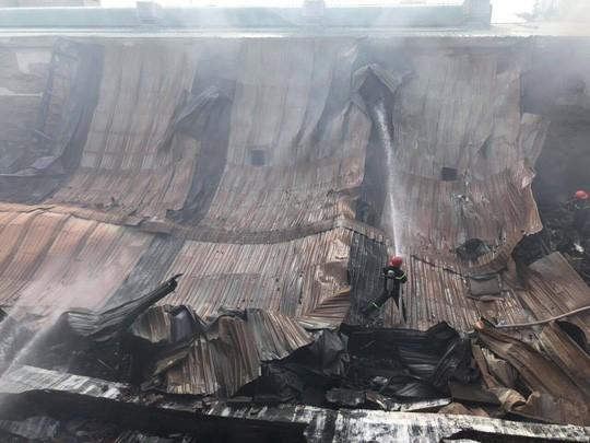 TP HCM: Thấy lửa sau đó là nhiều tiếng nổ, khu chợ tự phát náo loạn  - Ảnh 1.
