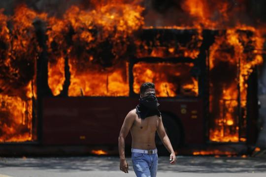 Venezuela: Bạo loạn bùng nổ, xe bọc thép được triển khai  - Ảnh 3.