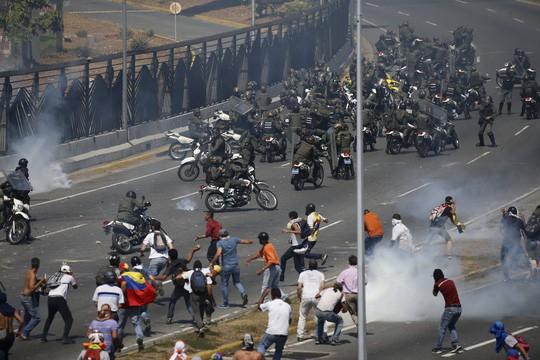 Venezuela: Bạo loạn bùng nổ, xe bọc thép được triển khai  - Ảnh 4.