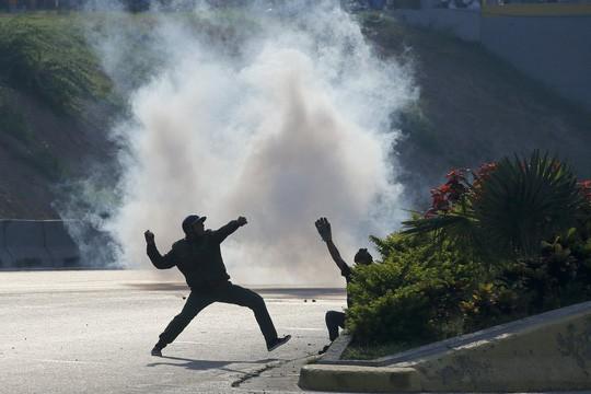 Venezuela: Bạo loạn bùng nổ, xe bọc thép được triển khai  - Ảnh 6.