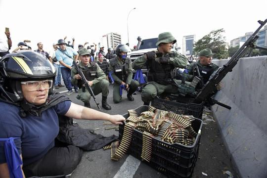 Venezuela: Bạo loạn bùng nổ, xe bọc thép được triển khai  - Ảnh 7.