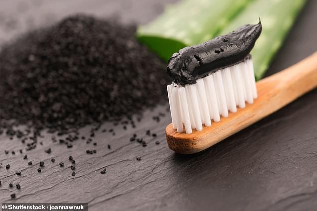 Sốc: Kem đánh răng từ than hoạt tính không có tác dụng giúp trắng răng và bảo vệ răng khỏi bị sâu mà còn làm hại men răng - Ảnh 2.