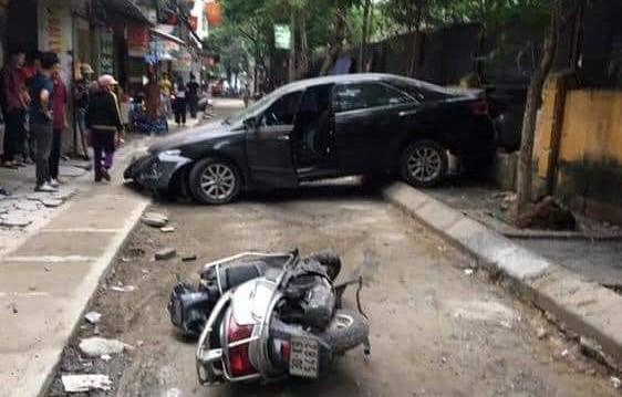 CLIP: Nữ tài xế lùi xe Camry tông chết người đi xe máy ở Hà Nội - Ảnh 5.