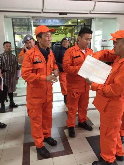 Thủ tướng Bhutan làm bác sĩ chữa bệnh cho người dân vào cuối tuần - Ảnh 2.
