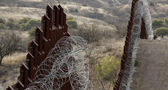 Thuận theo ông Trump, Lầu Năm Góc trích ngân quỹ xây tường dọc biên giới Mexico - Ảnh 1.