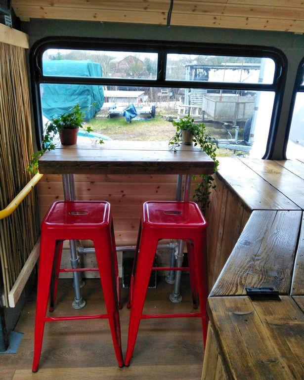 Hà Nội 75 - tiệm bánh mì trên chiếc xe buýt 2 tầng của cô gái Anh xinh đẹp phải lòng ẩm thực đường phố Việt Nam - Ảnh 10.