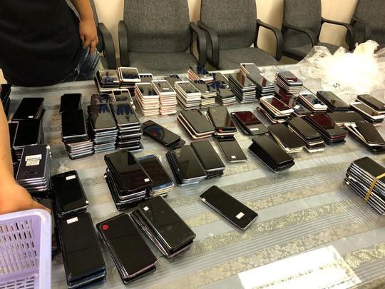 Hải quan Tân Sơn Nhất bắt giữ hơn 400 điện thoại nhập lậu - Ảnh 1.
