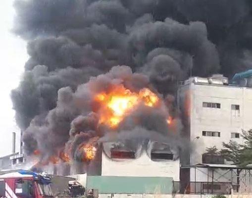 Công ty ở Bình Dương chìm trong khói lửa, nhiều công nhân bị mắc kẹt - Ảnh 3.