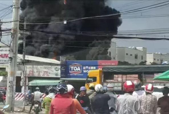 Công ty ở Bình Dương chìm trong khói lửa, nhiều công nhân bị mắc kẹt - Ảnh 5.