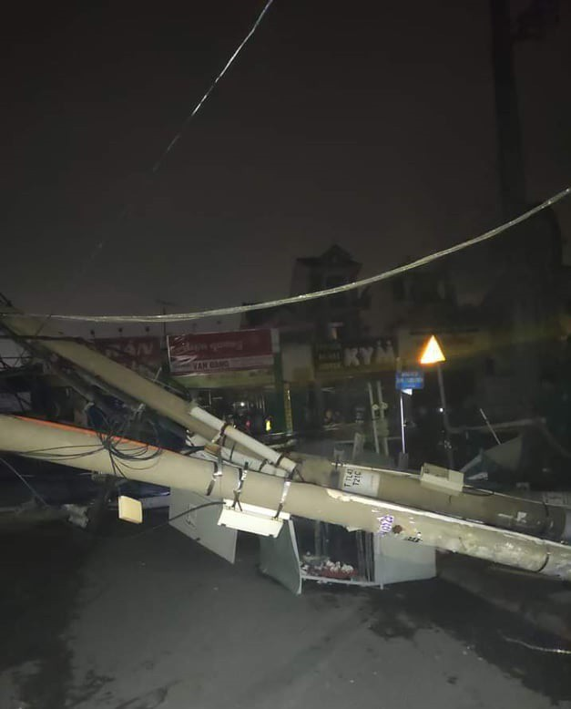 Container kéo ngã hàng loạt trụ điện trong đêm ở Sài Gòn - Ảnh 2.