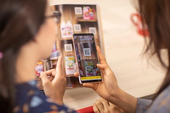 Vingroup triển khai siêu thị ảo Vinmart tại các địa điểm công cộng: Quét mã QR, hàng ship đến tận nơi chỉ sau 2-4 tiếng - Ảnh 1.