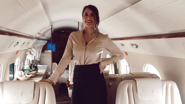 Nghề tiếp viên hàng không riêng cho giới thượng lưu: Kiếm 13 triệu/ngày nhưng phải ứng biến tốt với súng, xác chết và mấy con vẹt kì lạ - Ảnh 2.