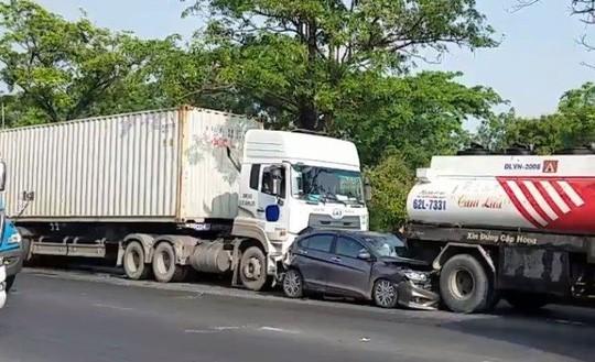 3 người kêu cứu trong xế hộp biến dạng trên đường Nguyễn Văn Linh  - Ảnh 1.