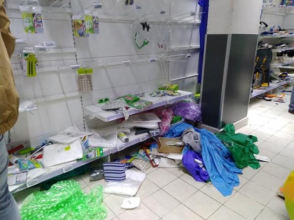 Vơ vét trong siêu thị và sự xấu hổ của người Việt - Ảnh 1.