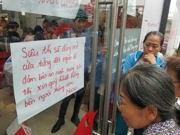 Vơ vét trong siêu thị và sự xấu hổ của người Việt - Ảnh 2.