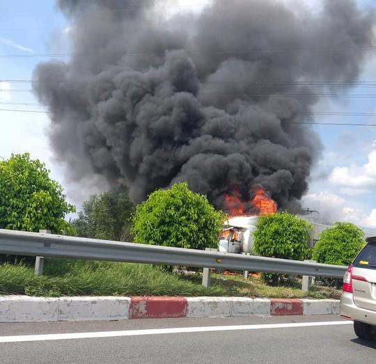 Xe container cháy ngùn ngụt trên cao tốc Dầu Giây  - Ảnh 1.