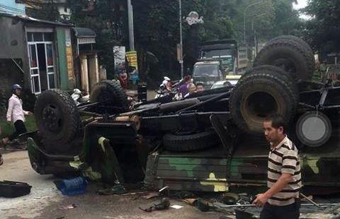 Hà Nội: Xe chở bộ đội ra thao trường bị lật, nhiều chiến sỹ bị thương - Ảnh 2.